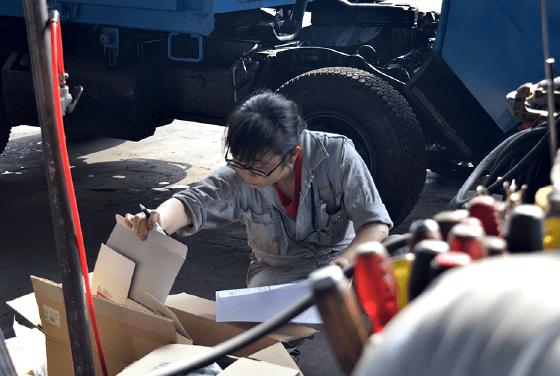 信越車体で作業中の髙橋 木綿香の様子
